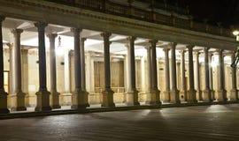 La columnata en Karlovy varía fotografía de archivo