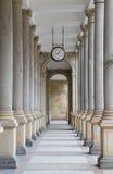 La columnata en Karlovy varía Imagen de archivo libre de regalías