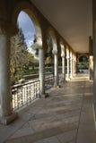 La columnata en monastic a un jardín fotos de archivo libres de regalías