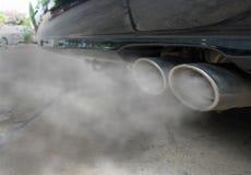 La combustión fumes saliendo del tubo de escape negro del coche, concepto de la contaminación atmosférica Fotografía de archivo