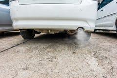 La combustion émet de la vapeur sortant du pot d'échappement de voiture, concept de pollution atmosphérique photographie stock