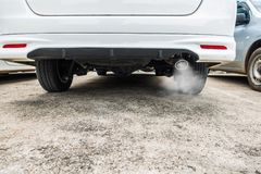 La combustion émet de la vapeur sortant du pot d'échappement de voiture, concept de pollution atmosphérique image stock