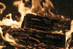 La combustion des flammes sur le bois ouvre une session un endroit du feu image stock