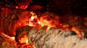 La combustion ouvre une session la cheminée photographie stock libre de droits