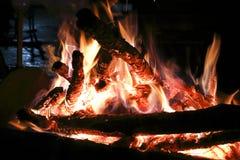 La combustione del falò nello scuro Fotografie Stock
