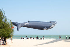 La cometa grande de la ballena del globo se muestra que en Cha-es la playa para el festival internacional 2017 de la cometa de Ta imagenes de archivo
