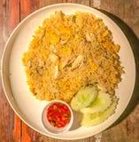La comida asiática, cangrejo encendió la PU fantástica de Khao del arroz en la placa blanca en fondo de madera de la tabla Foto de archivo