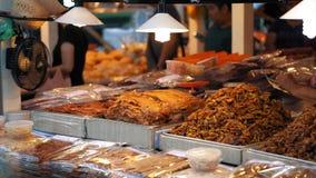 La comida asiática tradicional se vende en la calle Cámara lenta, mercado local de la comida de la noche en la tarde caliente metrajes