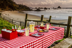 La comida campestre de la puesta del sol en el océano pasa por alto Fotografía de archivo libre de regalías