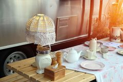 La comida campestre fijada en la tabla de madera al lado de la furgoneta, consiste en la lámpara de escritorio de la tela, el sis imágenes de archivo libres de regalías