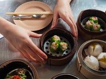 La comida china, Dimsum en la cesta de bambú fotos de archivo