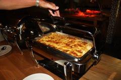 La comida cocinada en el restaurante Fotos de archivo