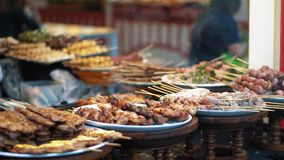La comida confeccionada se vende en el mercado callejero, cámara lenta Los kebabs deliciosos de la carne fresca están en las plac almacen de video