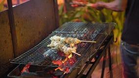 La comida de la calle en Asia, platos tradicionales en el mercado de la comida de la noche, mariscos se cocina en el fuego almacen de metraje de vídeo