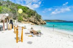 La comida de la boda de playa presenta las opiniones de Curaçao imagenes de archivo
