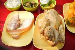 La comida de ofrecimiento sacrificatoria para ruega a dios y al monumento al antepasado en Año Nuevo chino Imagen de archivo