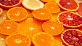 La comida del fondo corta la fruta cítrica mezclada Foto de archivo