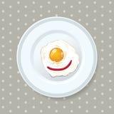 La comida del huevo frito sirvió en una placa Imagen de archivo