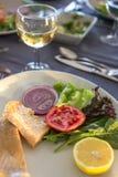La comida deliciosa de los mariscos coció pescados con las verduras y el limón en a Imagen de archivo libre de regalías