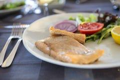 La comida deliciosa de los mariscos coció pescados con las verduras y el limón en a Imagen de archivo