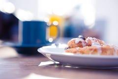 La comida dulce sirvió en placa por la taza de café Foto de archivo libre de regalías