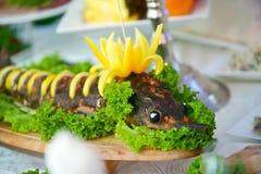 La comida en el esturión de los pescados del restaurante en la bandeja fotografía de archivo
