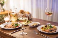 La comida en la tabla y el vino fotos de archivo libres de regalías