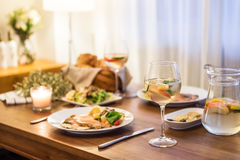 La comida en la tabla y el vino imágenes de archivo libres de regalías