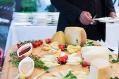 La comida en un plato sirvió durante un abastecimiento de la comida fría Imagen de archivo