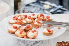 La comida en un plato sirvió durante un partido del abastecimiento de la comida fría Foto de archivo