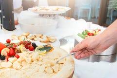 La comida en un plato sirvió durante un partido del abastecimiento de la comida fría Imagenes de archivo