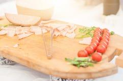 La comida en una bandeja de madera sirvió durante un partido del abastecimiento de la comida fría Foto de archivo libre de regalías