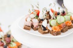 La comida fría en la recepción Surtido de canapes Servicio del banquete Comida del abastecimiento Imagenes de archivo