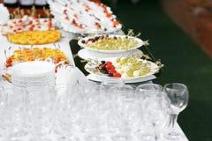 La comida fría en la recepción Surtido de canapes Servicio del banquete Comida del abastecimiento Imagen de archivo libre de regalías