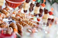 La comida fría en la recepción Surtido de canapes Servicio del banquete comida del abastecimiento, bocados con los salmones y cav Imagenes de archivo