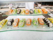 La comida japonesa del sushi arregló maravillosamente en un plato de cristal Imagen de archivo