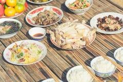La comida para hace ofrendas a las bebidas espirituosas en Año Nuevo chino fotografía de archivo