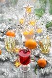 La comida reflexionada sobre rojo del invierno de la decoración de la Navidad del vino bebe Imágenes de archivo libres de regalías