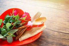 La comida romántica del amor de la cena de las tarjetas del día de San Valentín y ama cocinar el concepto - ajuste romántico de l fotos de archivo libres de regalías