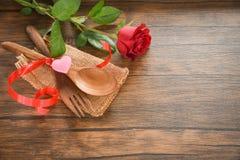 La comida romántica del amor de la cena de las tarjetas del día de San Valentín y el amor que cocinan el ajuste romántico de la t fotografía de archivo libre de regalías