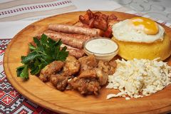 La comida rusa o de Moldavia o rumana o ucraniana tradicional sabrosa llamó mamaliga Polenta tradicional italiano imagenes de archivo