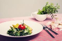 La comida sana - comida vegetariana con espinaca, las patatas y él Fotografía de archivo