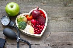 La comida sana en corazón y el colesterol adietan concepto Fotos de archivo libres de regalías