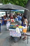 La comida se coloca en Kanchanaburi Foto de archivo