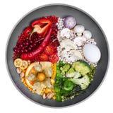 La comida se descompuso por el color, comidas rojas, blanco, verde, amarillo, concepto creativo Imágenes de archivo libres de regalías