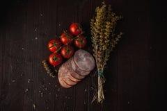 La comida simple tradicional puso con la carne y las verduras Foto de archivo