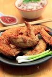 La comida suave del foco fijó el pollo encendido frito y de la falta de definición salsa y arroz Imagenes de archivo