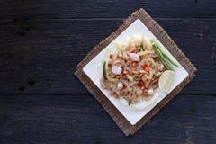 La comida tailandesa del aperitivo llamó Mooh Nam, picó y golpeó el cerdo asado de la piel, visión superior Imágenes de archivo libres de regalías