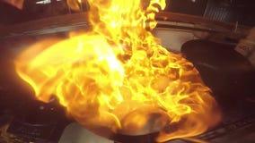 La comida tailandesa hizo el ‹del †del ‹del †en el wok almacen de metraje de vídeo