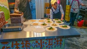 La comida taiwanesa de la calle adentro jiufen la nueva ciudad Taiwán de Taipei de la calle vieja imagenes de archivo